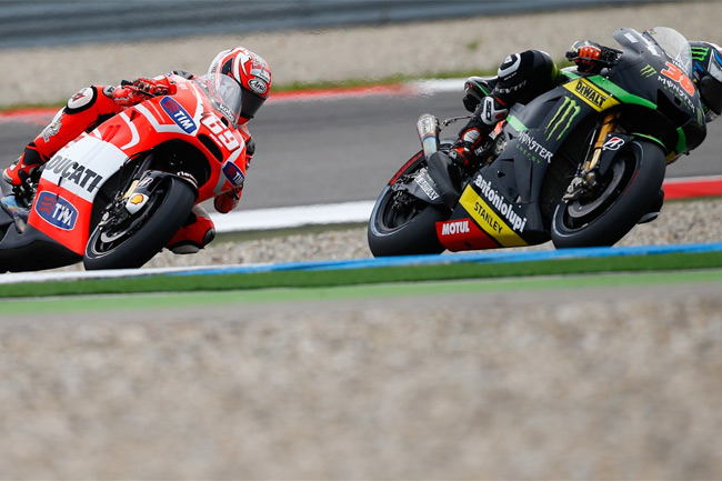 Nicky Hayden and Bradley Smith do battle early on at the Assen TT. Image: MotoGP.com.